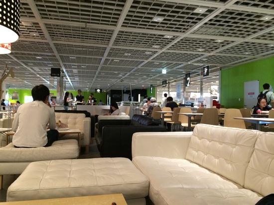 IKEAのカフェのソファーで休憩