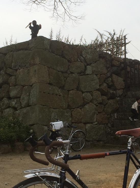 姫路城の城壁の上に「くノ一」が