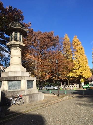 靖国神社の大燈籠。ホントに大きい。