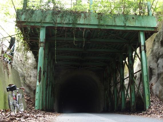旧道の雰囲気のあるトンネル