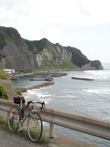 海ぞいの崖っぷちの道